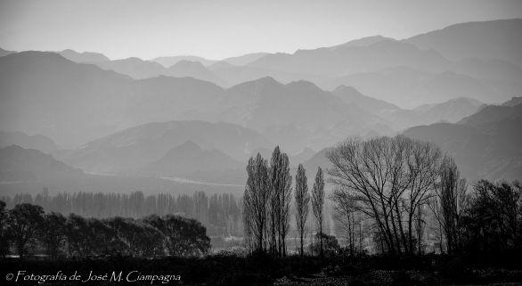 Atrás, la Cordillera