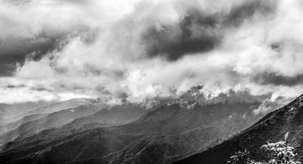 Cerros entre nubes