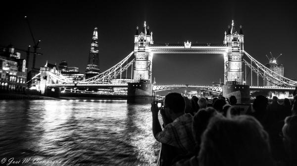 Puente de Londres tomado desde el Río Támesis de Noche