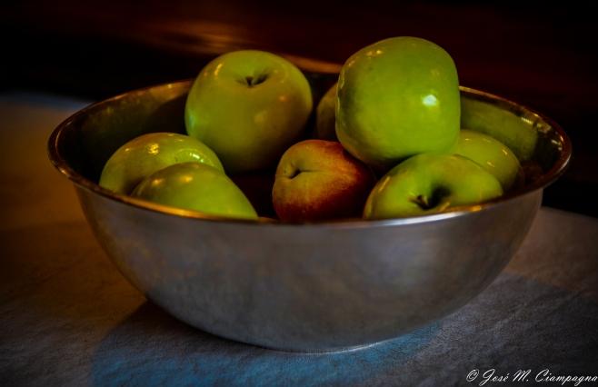 Bodegón de manzanas y pelones