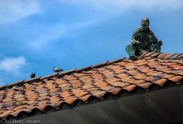 Sobre la casa de los comuneros, en una de las esquinas de la plaza Bolívar, se encuentra esta obra de arte. Contaba la guía que el autor de la obra conmemoraba con su trabajo los oficios comunes.