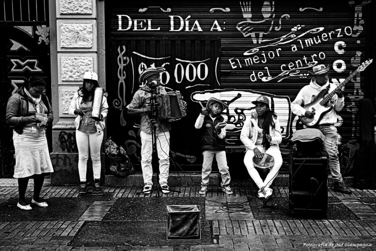Familia de músicos en las calles de Bogotá, Colombia.