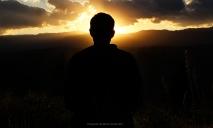 Hombre mirando el amanecer