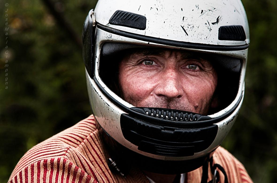 Juan Pueblo, con el casco de andar en moto.