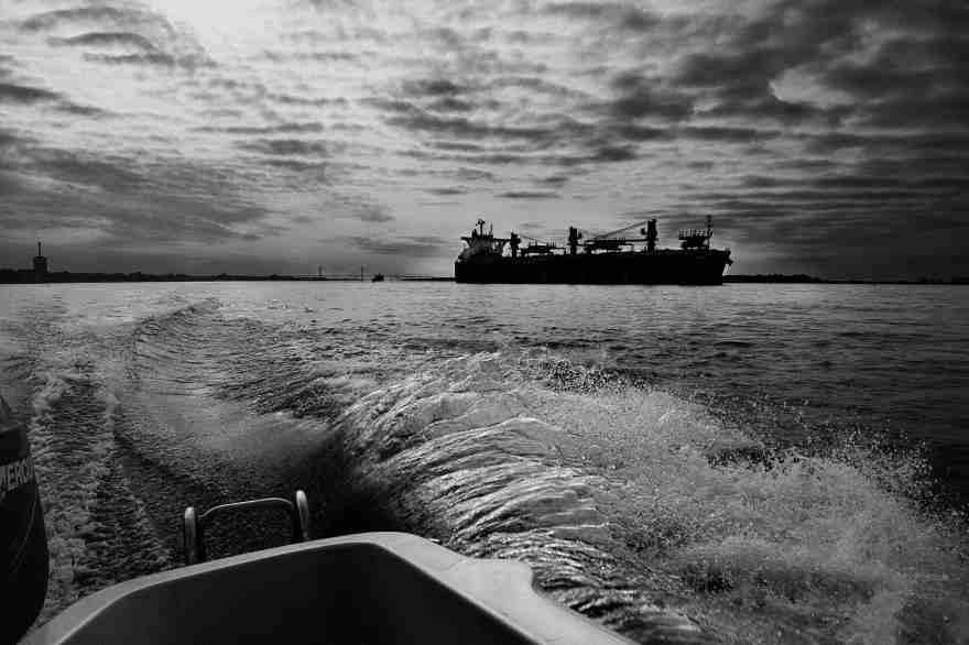 Navegando el Paraná, cerca de Rosario, Argentina