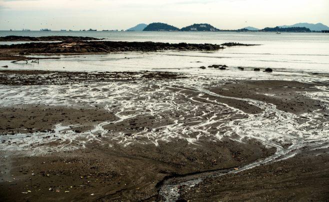 """""""Marea baja"""", Costanera de la Ciudad de Panamá, Panamá."""