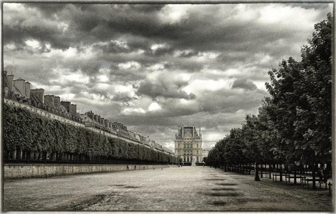 Al fondo el museo del Louvre.