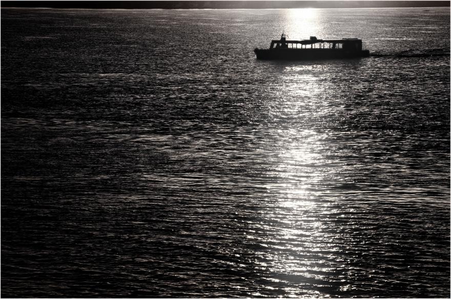 """""""Barcaza formoseña"""". Imagen tomada desde la Costanera de la Ciudad de Formosa hace unos años atrás y re-procesada en blanco y negro."""