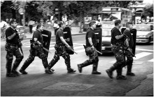 Policía de Córdoba cruzando la calle