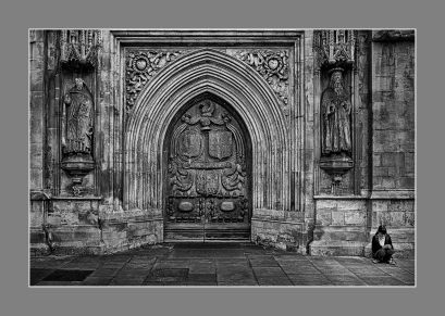 La puerta de abbey church of saint Peter and Paul, Bath, Gales