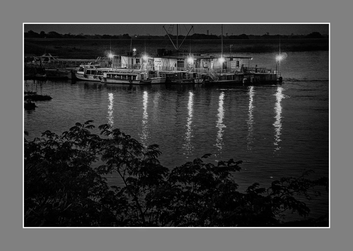 Llegó la noche al puerto de la ciudad de Formosa, Formosa, Argentina