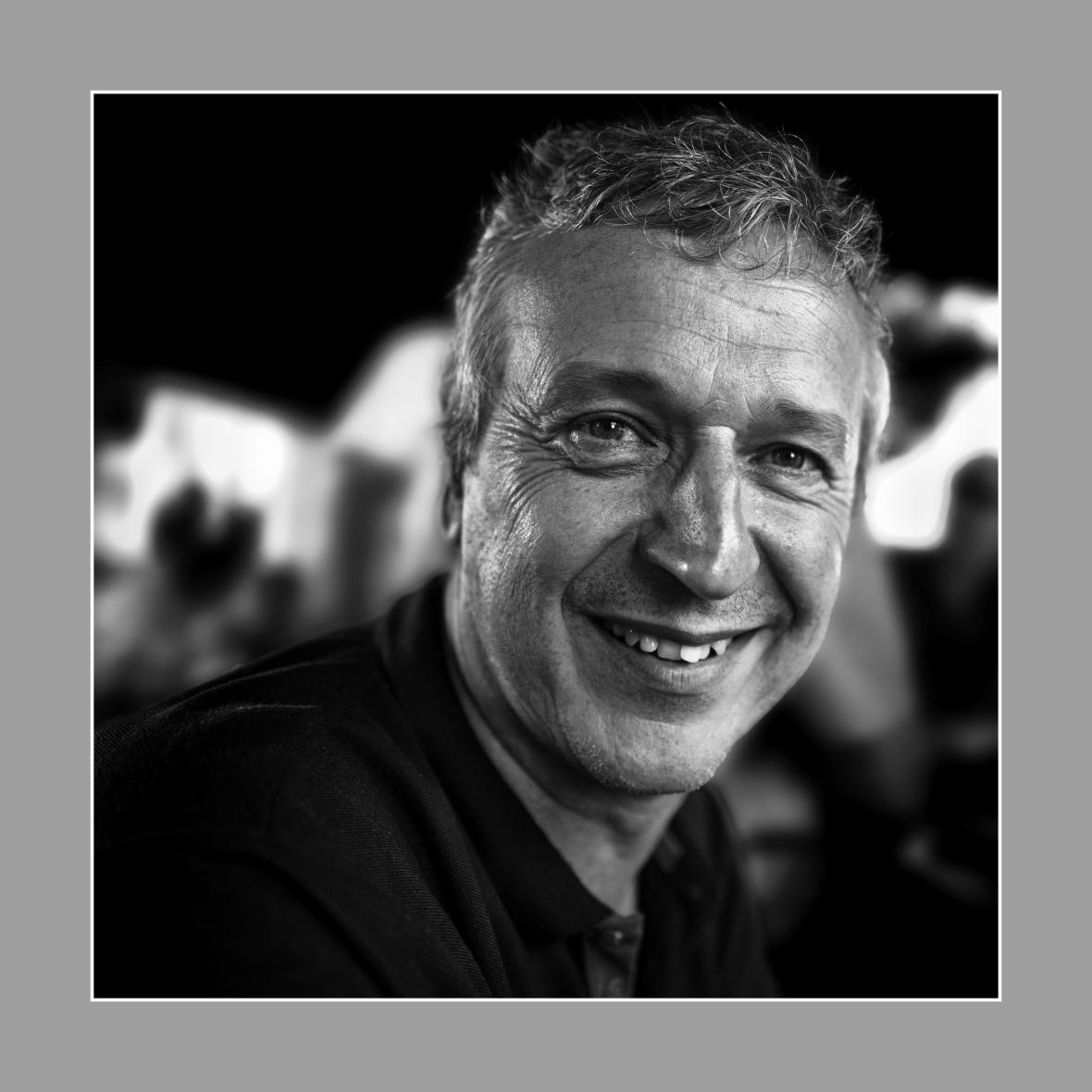 Claudio Javier Cabello con marco blanco y negro.jpg