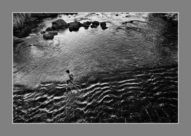 cruzando-el-rio-blanco-y-negro-con-marco