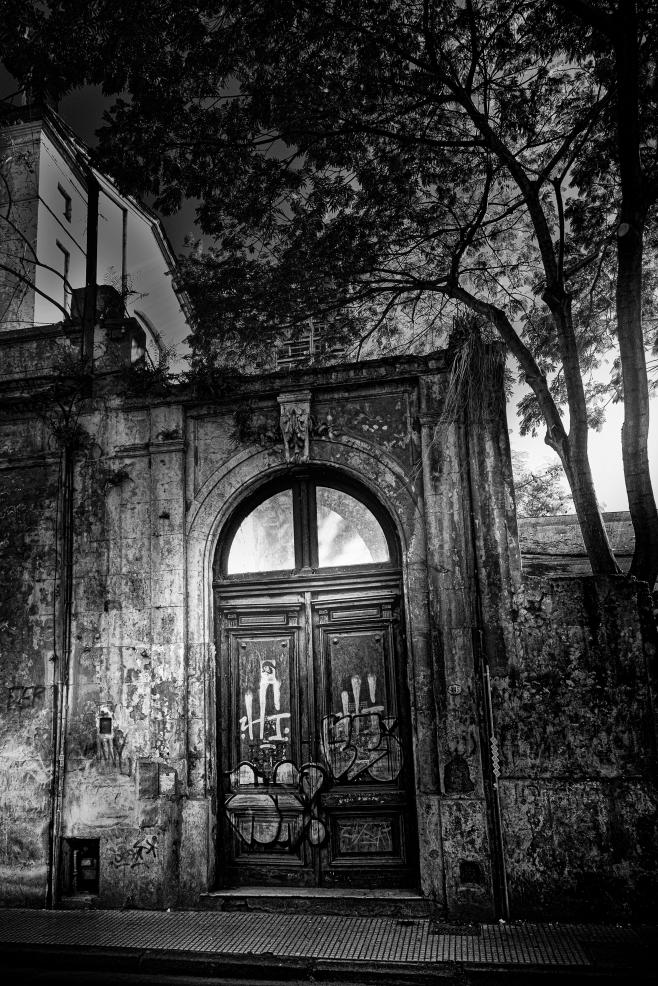 La vieja puerta del convento en calle Viamonte. Calles de Buenos Aires, Argentina