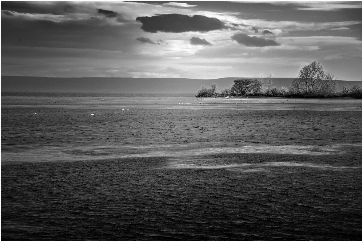 Paisaje del lago Mari Menuco