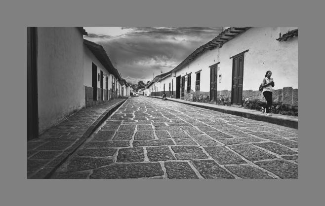 Caminante en las calles de Barichara, Santander, Colombia. Octubre 2017