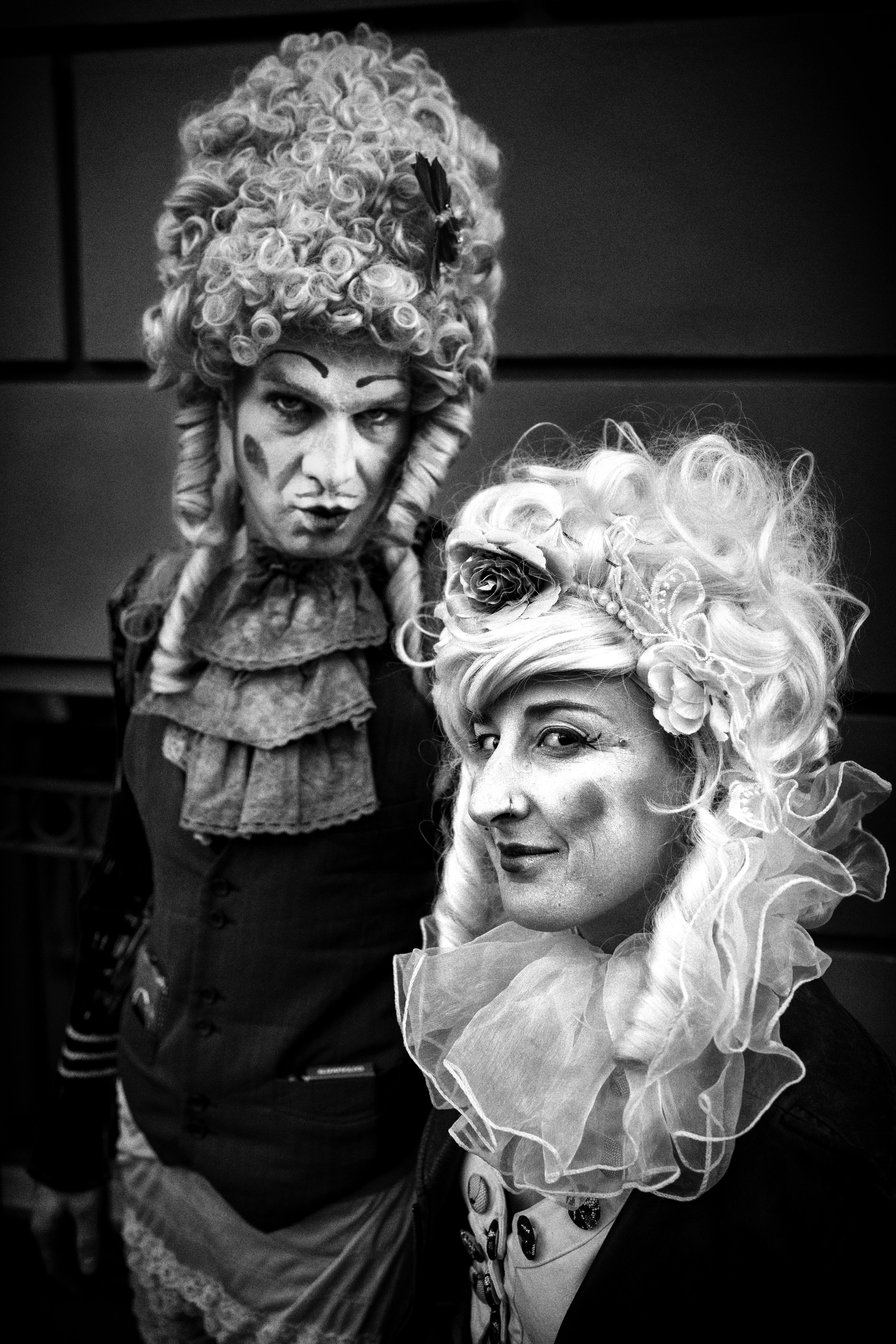 Caminando por la calles de Berlín, Alemania, encontré estas damas antiguas. Les pedí permiso y en forma inmediata accedieron a mi pedido de tomarles una foto. Muchas gracias. Good show Berlín.