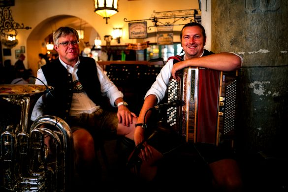 Músicos, en el Interior de la Hofbräuhaus, Munich , Baviera, Alemania
