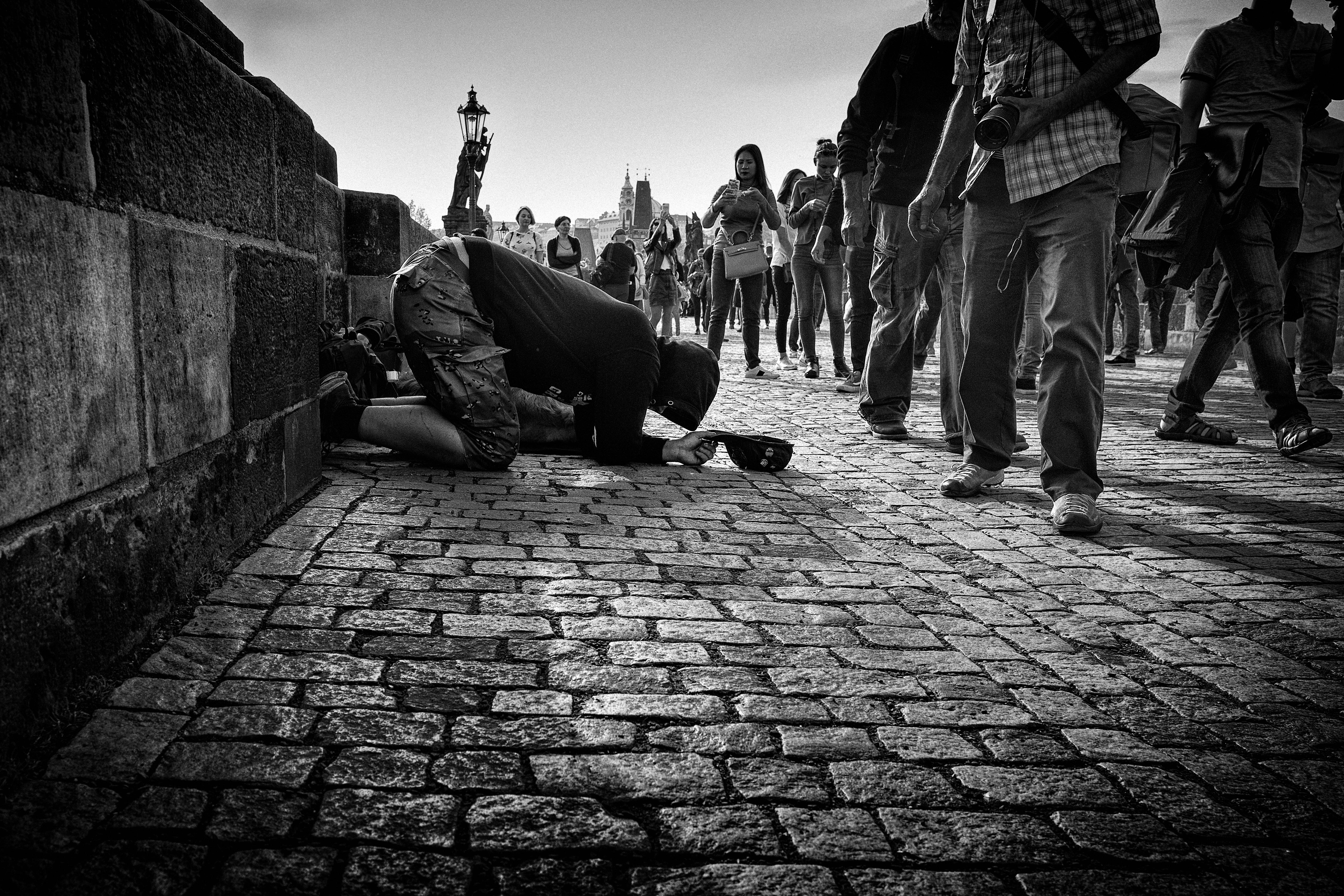 """""""Rogando sobre el Puente Carlos"""", Praga, Checoslovaquia"""