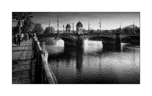 El puente sobre el Moldaba con marco