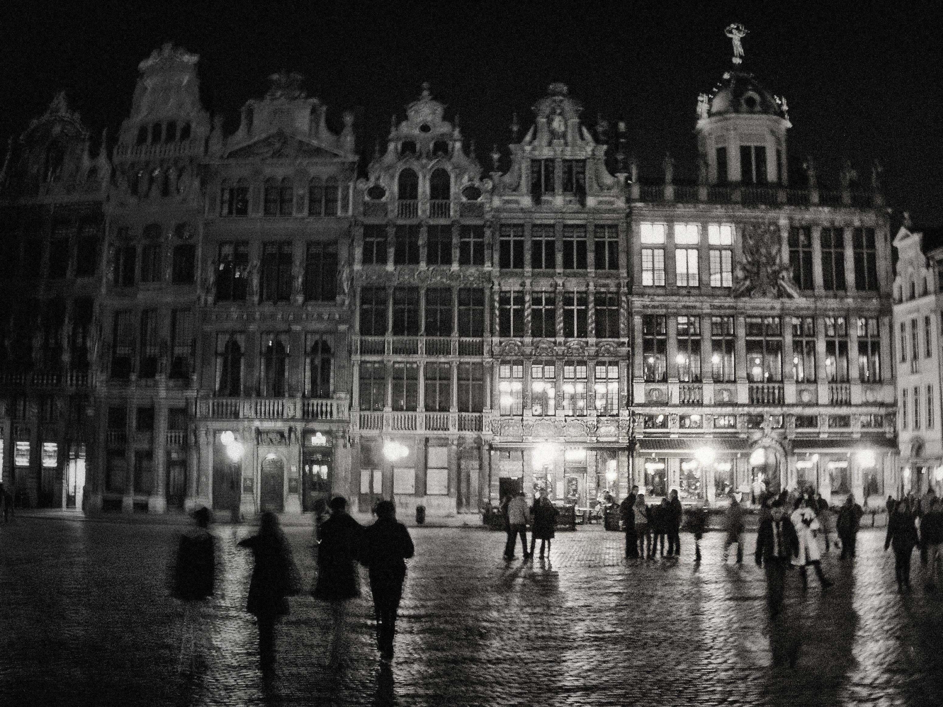 Cae la noche en la plaza central de Bruselas. Bélgica.