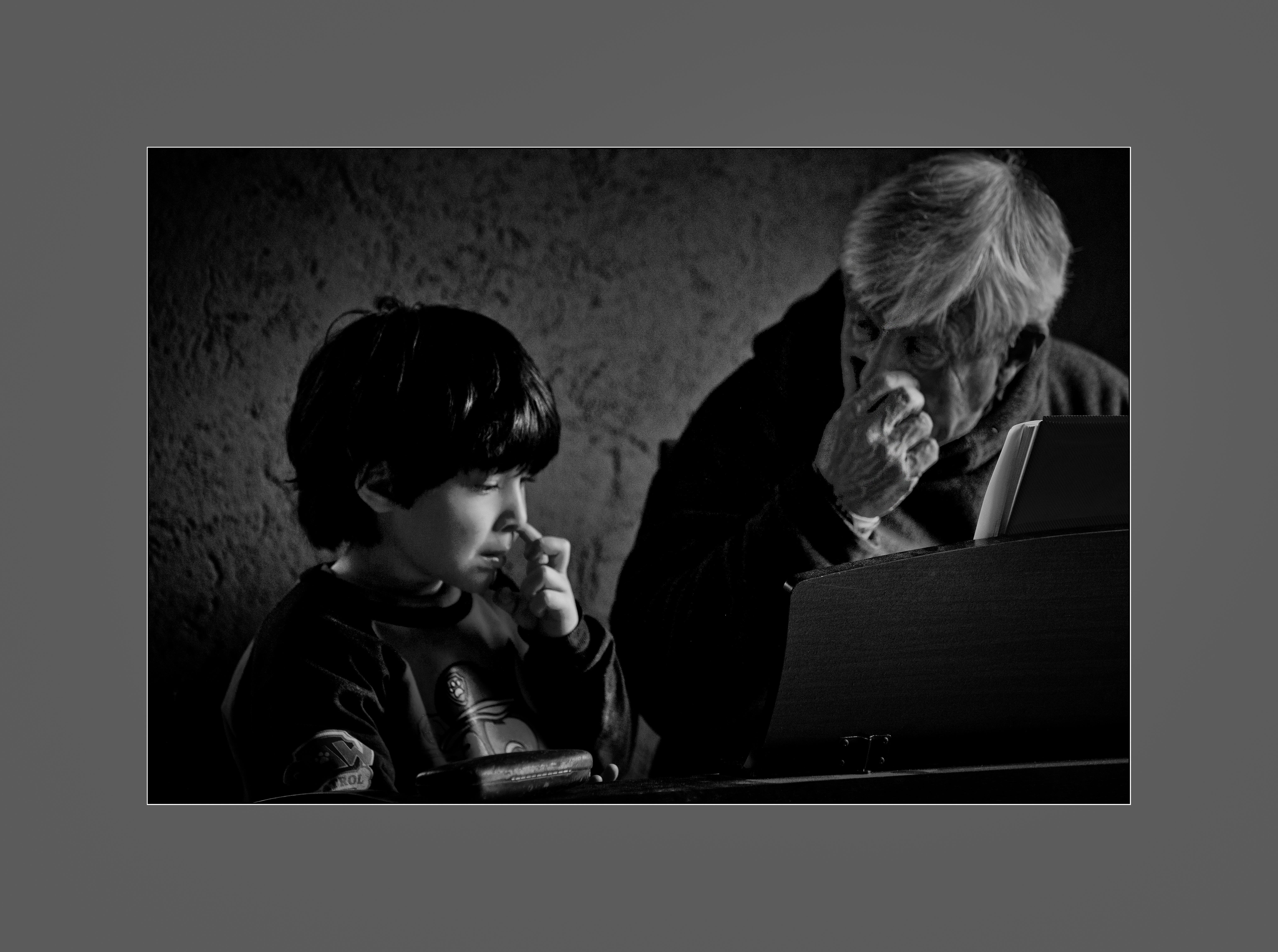 Empatía del maestro de piano con marco